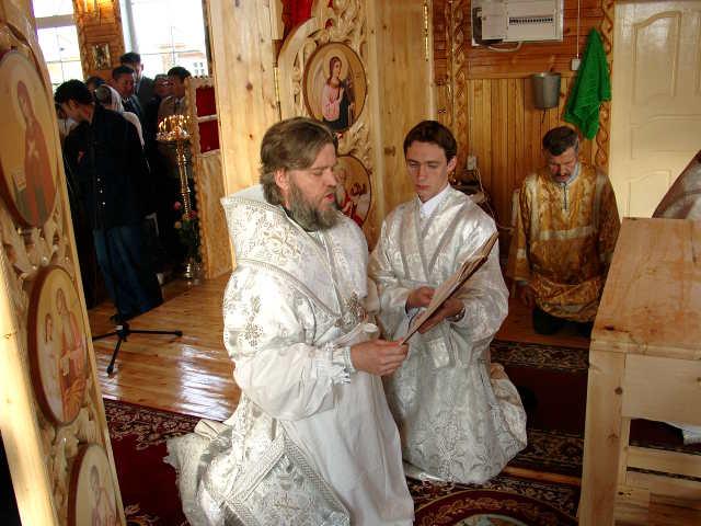 Владыка Герман молится в Сунтарском храме