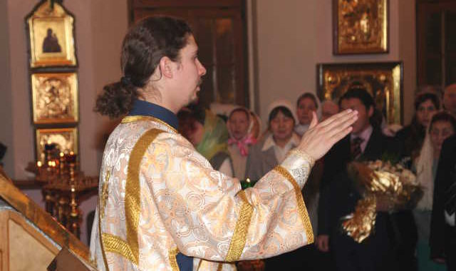 Дьякон и прихожане поют Отче наш