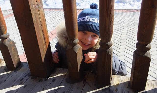 Мальчик возле Спасского монастыря в Якутске