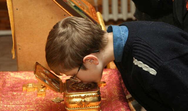 Мальчик прикладывается к мощам Святителя Николая