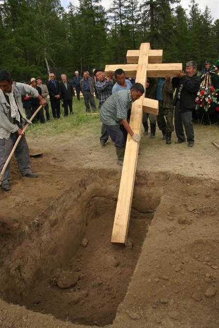 установка креста, могила