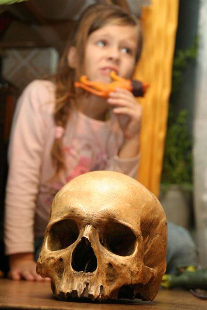 девочка, череп