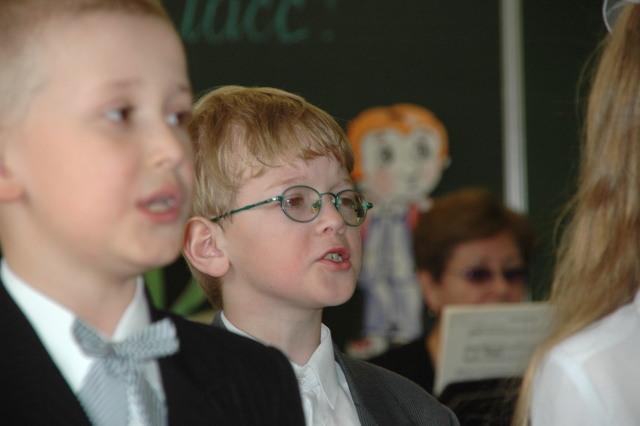 Дети молятся, поют, церковь, хор