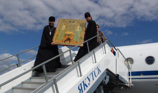 Мощи великой княгини Елисаветы Фёдоровны и инокини Варвары выносят из самолёта