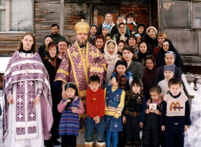 Владыка Герман и отец Сергий Клинцов  с прихожанами