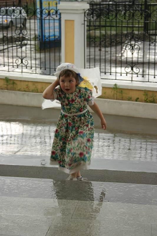 Девочка под дождём