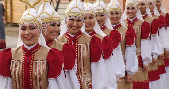 Якутские девушки в национальных костюмах