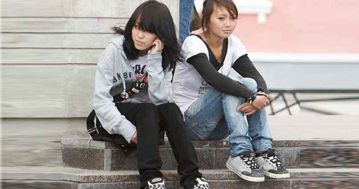 Девочки сидят на крыльцу