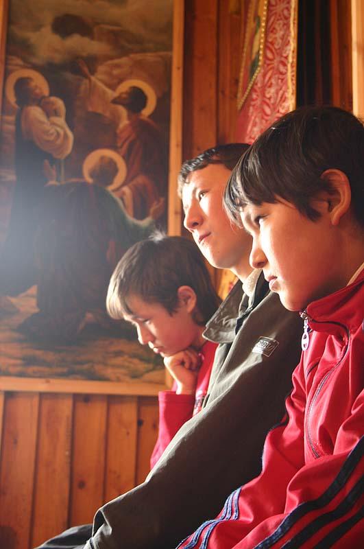 Подростки в храме