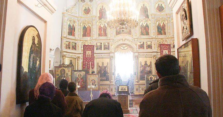 Преображенская церковь Якутск: Люди в приделе храма
