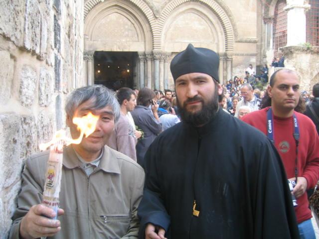 Священник Михаил Павлов благодатный огонь