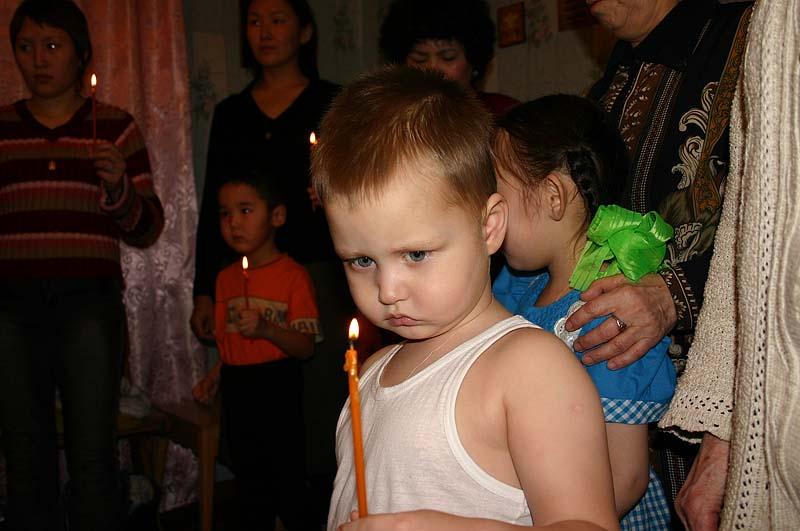 Верхневилюйск: мальчик со свечкой