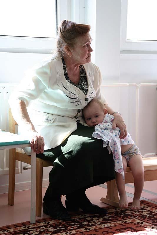 нянечка и малыш в детдоме