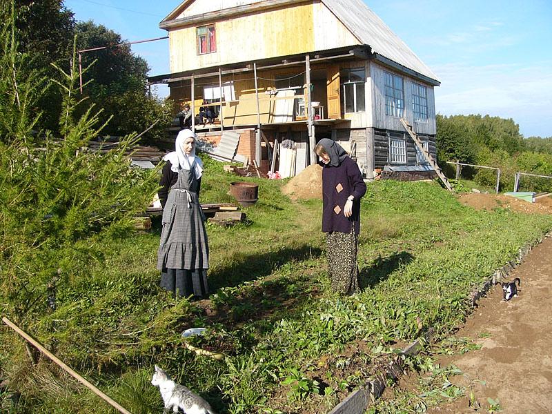 Барятино: Монахини на огороде