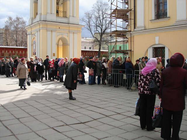 Покровский женский монастырь, г. Москва. Очередь у иконы Матронушки