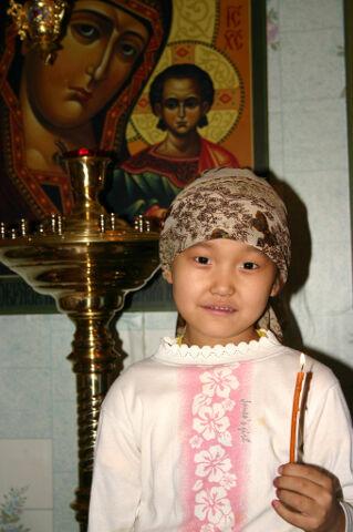 Якутская девочка в церкви