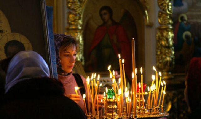 Свечи в храме у иконы