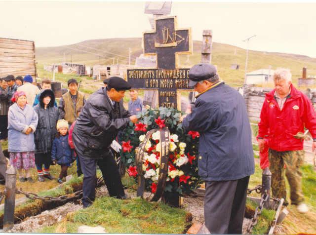 Установка креста лейтенанту Прончищеву, могила, крест, венок