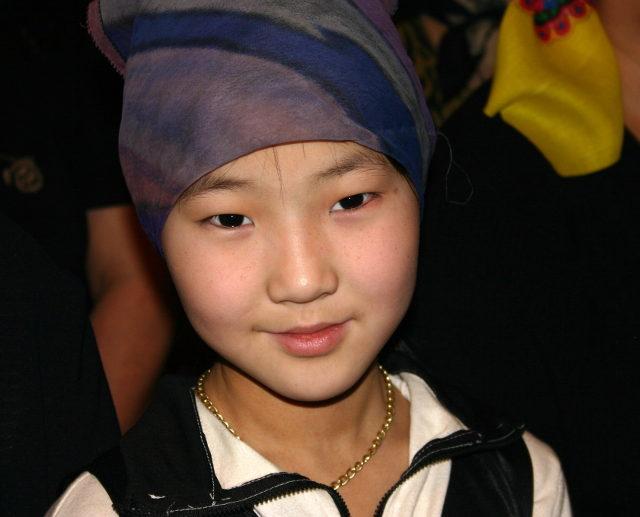якутская девочка в платке, церковь