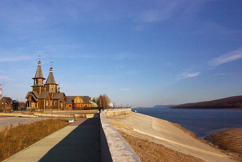 Набережная г. Ленска и храм во имя свт. Иннокентия, Митрополита Московкого и Коломенского