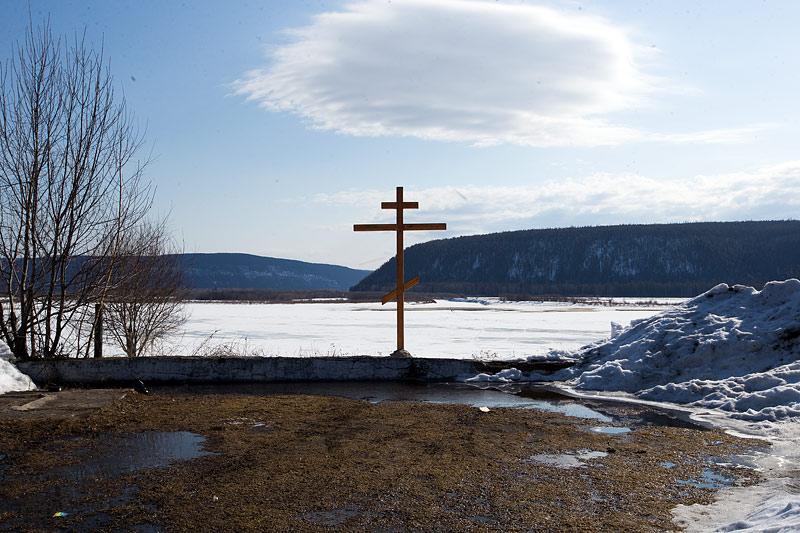 Крест на месте разрушенного Спасо-Никольского храма и возведения будущего в п. Витим.