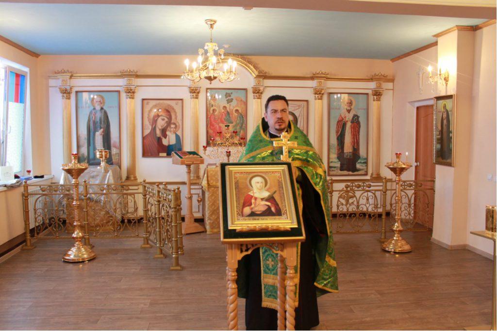 Протоиерей Сергий Колесников в домовом храме во имя свт. Иннокентия Иркутского при ВСИЭМ.