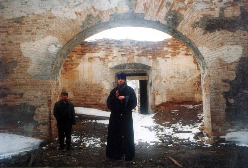 Архиепископ Якутский и Ленский Герман в разрушенном Нерюктяйском храме. Фото протоиерея Сергия Клинцова