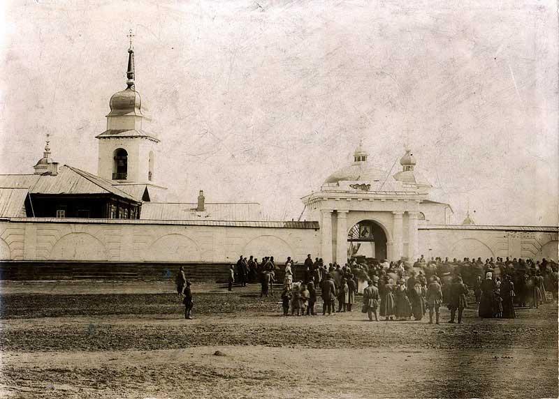 Похоронная процессия у ворот Якутского Спасского монастыря