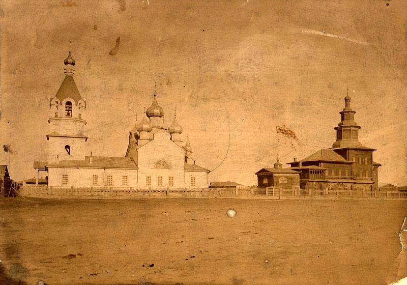 Каменная градоякутская Преображенская церковь и деревянная