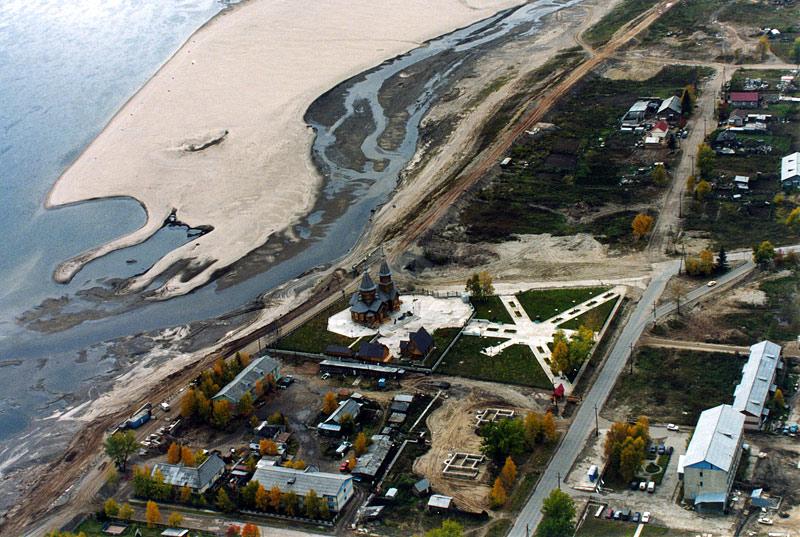 Вид на береговую часть г. Ленска с Иннокентьевским храмом