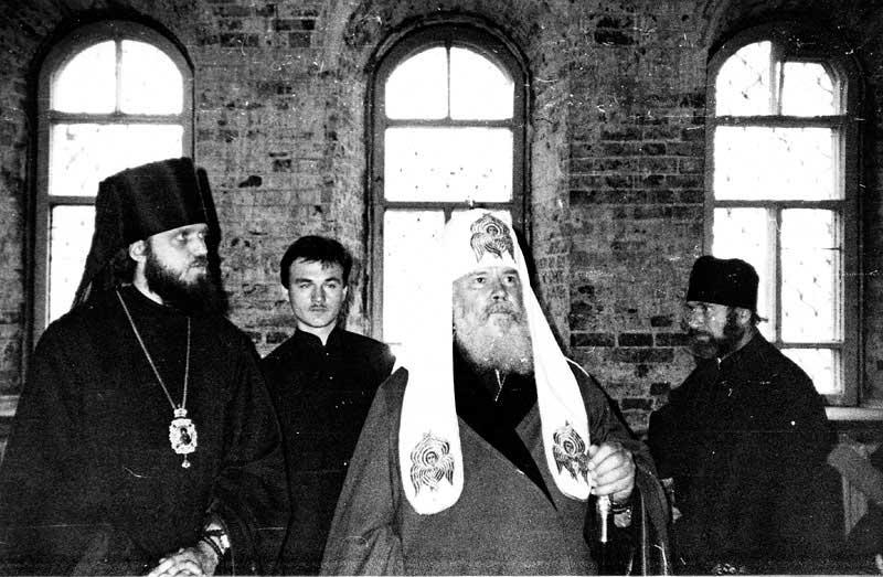 Святейший Патриарх Московский и всея Руси Алексий II и епископ Якутский и Ленский Герман в Никольском храме г. Якутска. 1993 г. Фото Л. Андрианова